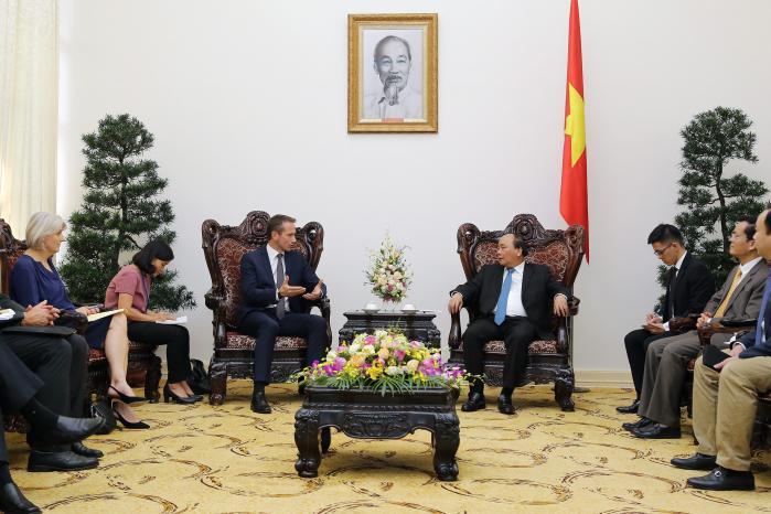 Kristian Jensen aflagde høflighedsvisit hos tre vietnamesiske ministre på en formiddag, her premierminister Nguyen Xuan Phuc. Men pressen fik ingen mulighed for at stille spørgsmål. 'Sådan gør man altså ikke her,' lød beskeden til de medrejsende danske journalister.