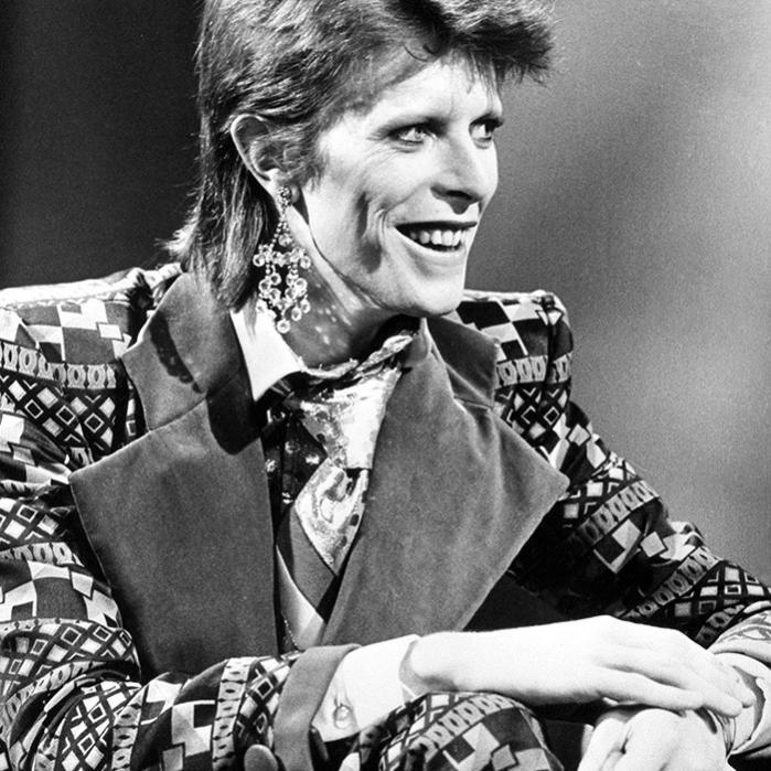 Bowie forlod i 1974 England til fordel for New York City med blikket rettet mod et fænomen, der på mange måder opfattedes som antitesen til den 'autentiske' rockmusik, store dele af både publikum og presse dyrkede