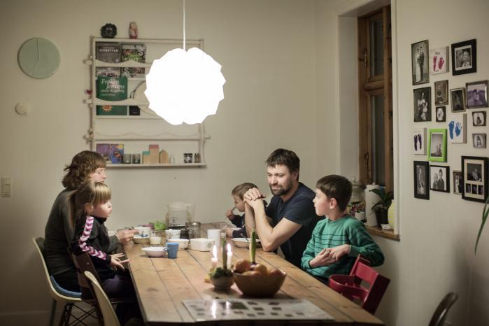 Konkursramte landmænd gør oprør via Facebook. Her er detEskild Sig og Helle Andreasen, der spisermorgenmad med børnene – de står bag hjemmeside på Facebook, der samler landmænds protester.