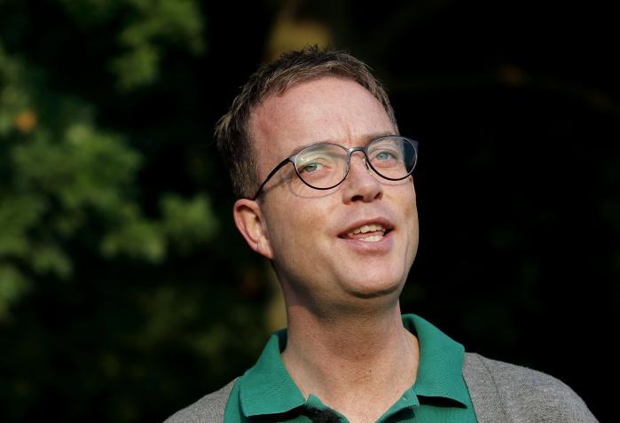 Miljøminister Esben Lunde Larsen er fordrejningens mester, når han forsvarer ideen om at plastre skovene til med vindmøller og campinghytter. Ifølge ministeren skal det give danskerne adgang til naturen, men reelt vil ministerens forslag være med til at fortrænge naturen