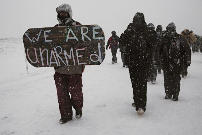 Den kamp, som Standing Rock er blevet et kraftfuldt symbol på, kan siges at handle om 'den fossile æras tidsånd' med dens ret til at tilsidesætte minoriteter og svage grupper, miljø og klima for at genskabe traditionel vækst, beskytte bestemte politisk-økonomiske interesser og fastholde det gamle industrisamfund og dets arbejdspladser