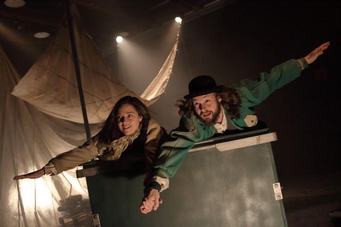 Peter Pan lokker Wendy op at flyve på en almindelig skraldecontainer, der med Teater Møllens forvandlingspoesi bliver tilen himmelsk tur ud mod Ønskeøen i 'Aldriglandet'.