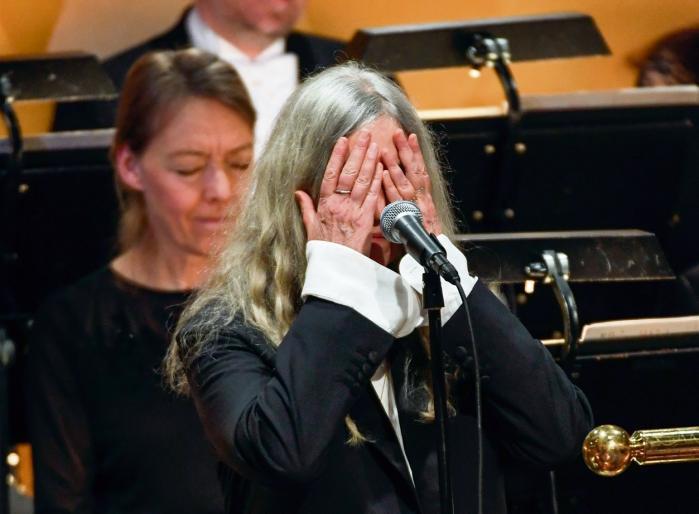 Det kunne have været et lavpunkt, da Patti Smith gik i stå midt i sin version af 'A Hard Rain's a-Gonna Fall' på Stockholms bonede gulve, men det endte som aftenens højdepunkt.