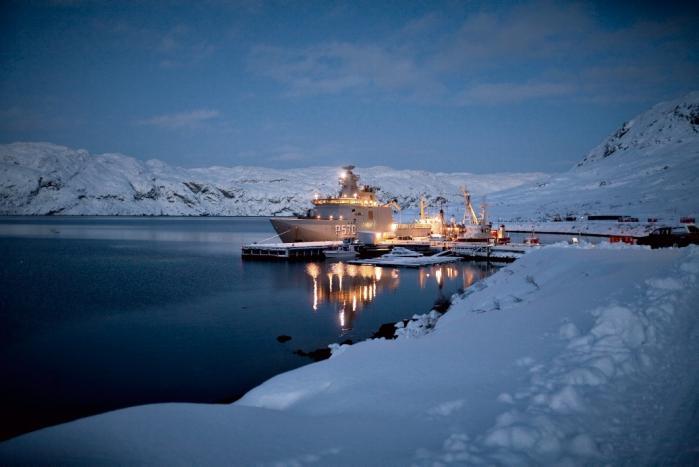 Flådestationen ved Grønnedal på Grønland var nedlagt, men da kinesiske købere meldte sig på banen, blev flådestationen, tilsyneladende efter statsminister Lars Løkke Rasmussens indgriben, genåbnet.