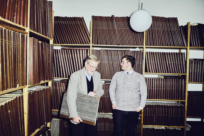 Per Stig Møller og Christian Egander Skov er gået på jagt i Informations arkiv efter en anmeldelse af den tidligere udenrigsministers bog 'På sporet af det forsvundne menneske' fra 1976. Bogen varslede et opgør med marxismen og blev vel modtaget i flere danske medier, men bestemt ikke af Information, fortæller Per Stig Møller til den yngre konservative.