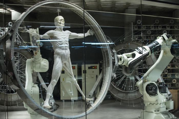 Ifølge Adorno er den store forskel mellem virkelige verden og Westworld ikke, at vi ikke lever i socialt automatiserede loops, der tenderer mod at undergrave vores selvbevidsthed; den er snarere, at der i vores nutid endnu ikke findes højteknologiske robotter, der gennem stigende bevidsthed om egen lidelse kan udvikle selvbevidsthed.