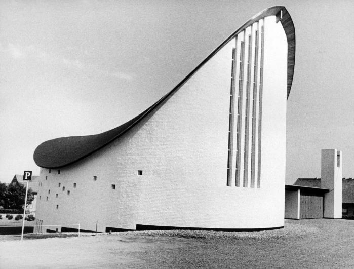 Mærkeligt nok nævner Trap under kirkebygninger i regionen ikke Strandby Kirke, Jacob Blegvads dybt originale modernistisk men raffineret traditionsbårne bykirke, en mellemting mellem et skib og en middealderlandsbykirke med et utroligt tag og et hovedværk i nyere dansk arkitektur