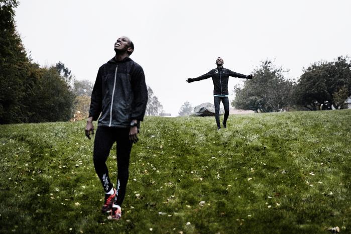 Mohamud Abdi (forrest) og Omar Hassan vender tilbage efter at have spurtet op ad Djævlebakken i Århus, hvor løberne fra Mo's Friends ofte laver teknisk og fysisk træning.