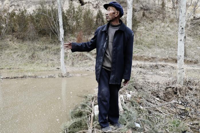 Xu Zhiqiang drømmer om at få lavet en rigtig dæmning og en bro her ved kløften, der deler landsbyen over i to dele.