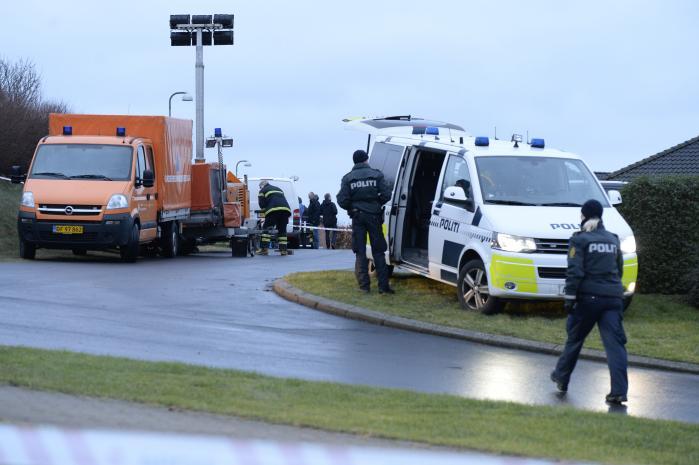 Seks personer - to voksne og fire børn - er mandag fundet døde i et hus i Ulstrup sydvest for Randers