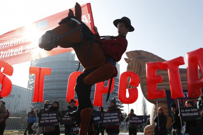 CETA er en »trojansk hest, der lukkes ind i Europa,« siger initiativtageren til den portugiske gren af bevægelsen mod den omfattende handelsaftale mellem EU og Canada, som Europa-Parlamentet stemte om onsdag.