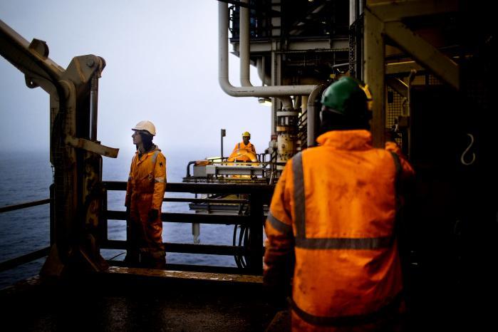Staten forhandler i øjeblikket en ny aftale omkring skatteforholdene i Nordsøen med A.P. Møller- Mærsk, som har truet med at lukke det store gasfelt Tyra, med mindre Mærsk får ændrede »rammevilkår« – det vil sige en lempeligere beskatning