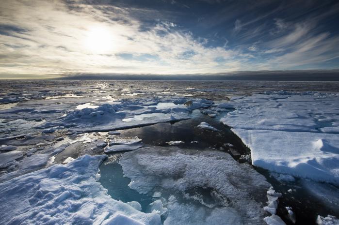 Ifølge de seneste data er  temperaturen ved arktis fem grader over det normale, og den arktiske opvarmning og isafsmeltningen går markant hurtigere, end forskernes avancerede klimamodeller har forudset