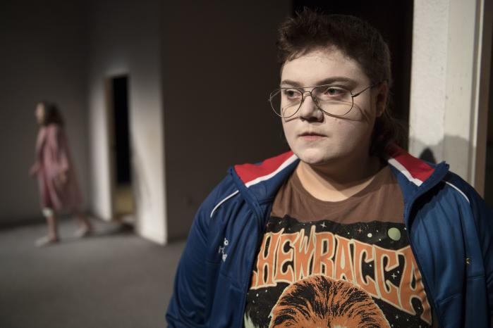 Ena Spottag fascinerer med sin nørdede firskårenhed under 1980'er-brillerne i rollen som 'Drengen der ville være vægtløs' på Aalborg Teater, hvor Hanne Windfeld sjokker rundt i lyserød badekåbe i baggrunden og får publikum til at gyse over sine ulækre løgne.