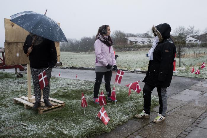 Venligboerne opstod i Hjørring i 2013, og i løbet af et år fik bevægelsen over 150.000 medlemmer på Facebook og op mod 100 lokale afdelinger. Her tager frivillige imod flygtninge på Thisted modtagercenter i november 2015.