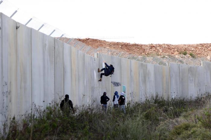 Den israelske våbenproducent Elbit er kontroversiel. Danske Bank har således fravalgt investeringer i selskabet, da man mener, det er 'involveret i leverancer af elektronisk udstyr, som anvendes i konflikt med menneskerettighedsnormer'. Her aktivister ved muren mellem Israel og de palæstinensiske selvstyreområder.