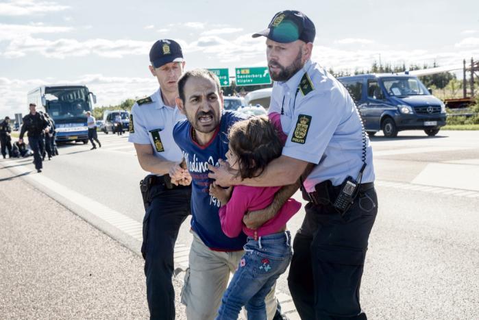 Efter halvandet år har politiet konkluderet, at det ikke er muligt at identificere betjentene på de to billeder, der viser politiet anvende magt mod flygtningene. Det på trods af, at man på de to fotos tydeligt ser deres ansigter.