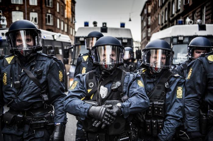 For Friheds demonstrationer bliver mødt med moddemonstrationer, som flere gange kammer over i voldsomme optøjer. Her er det fra en demonstration på Den Røde Plads på Nørrebro, december sidste år