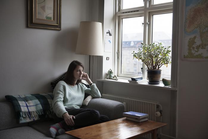 I Julie Sten-Knudsens nye digtsamling 'Spor efter fugle' rendyrker hun sin sans for at betragte og undersøge sanseerfaringer, som er så uspektakulære, at de er i fare for at blive til ikke-erfaringer. Den nye bog fokuserer på de små og store aftryk, vi sætter i vores omgivelser og i hinanden.