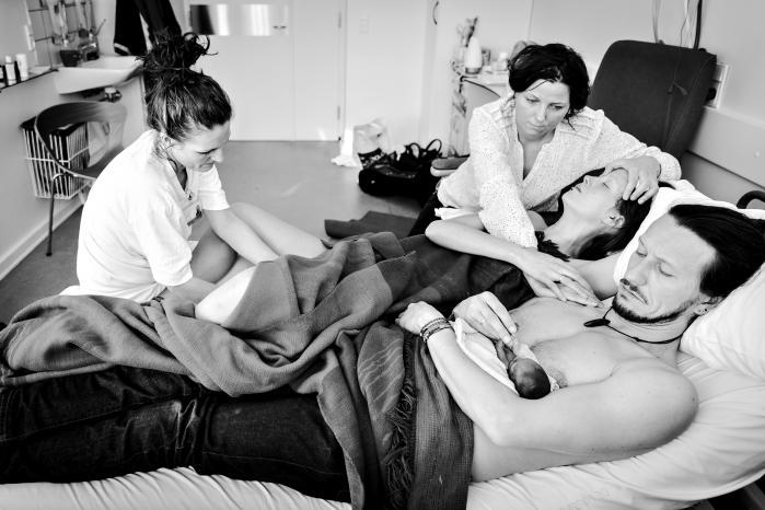 »Vi vil gerne vise andre, som kommer i samme situation, at der ikke en nogen grund til de skræmmende billeder, man kan have i hovedet,« siger Ina Froberg. Inden Almas fødsel, havde hun sammen med Jonas forgæves søgt på nettet efter billeder af fødsel og barn tidligt i graviditeten. Derfor sagde de ja til, at fotografen Cathrine Ertmann kunne dokumentere begivenheden.