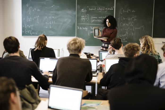 Når gymnasieelever skal lære matematik, er det centralt, at de får blyant og papir mellem hænderne, mener forsker.