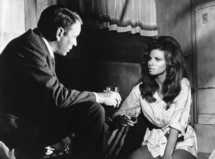 Tit fik Frank Sinatra sig også en drink på scenen, når han optrådte, altid ulasteligt klædt i smoking. Han gjorde det til et ritual at have en ubrudt flaske Jack Daniel's stående