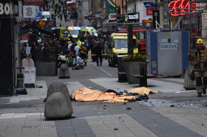 Fredag kørte en lastbil ned ad Drottninggatan i Stockholm og fortsatte ind i et indkøbscenter. Mindst to fodgængere er blevet dræbt og et ukendt antal mennesker såret.