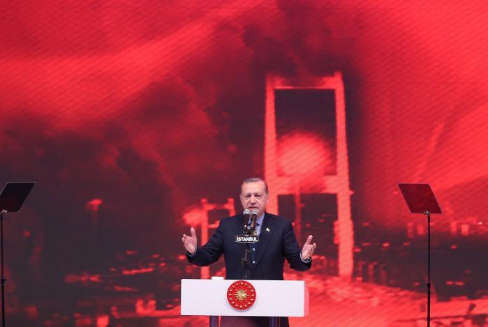 På søndag stemmer tyrkerne om en forfatningsændring, der skal give præsident Erdogan beføjelser som en enehersker, men trods regimets forfølgelse af oppositionen og massive kampagner for et ja, kan Erdogan og hans støtter ikke tage det for givet