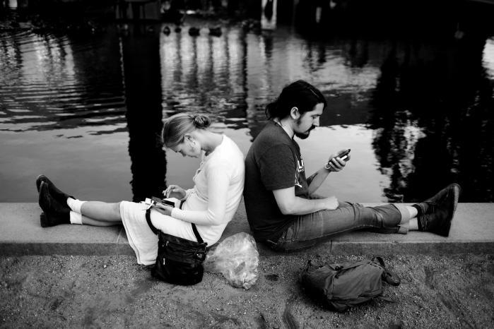 Der er ved Gud ikke meget hjælp at hente på de sociale digitale platforme, når boblen brister og vi har allermest brug for at blive mindet om, at vi ikke er forkerte, skriver kronikøren.
