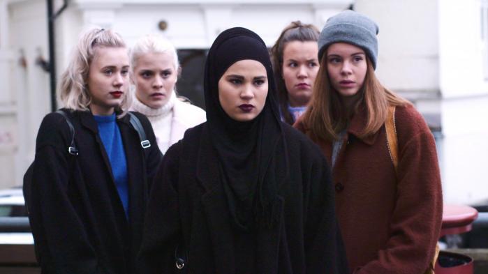 Sana (i midten) er hovedpersonen i den sidste sæson af den norske netdramaserie 'Skam'. Hendes karakter er så direkte et opgør med klichéen om den stakkels, muslimske kvinde, at det i sig selv nærmest kommer til at ligne en kliché.