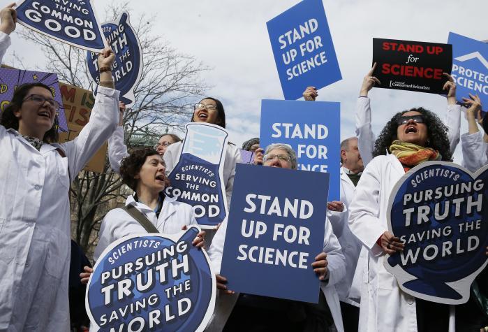 Idéen blev undfanget af nogle unge amerikanske forskere i februar og giver sig nu udslag i over 500 forskermarcher verden over. I USA er både grundforskning og anvendt forskning truet af præsident Trumps sparekniv, men der er også udbredt frygt i videnskabsmiljøet for, at befolkningens tillid til forskningens nytteværdi skal dale yderligere