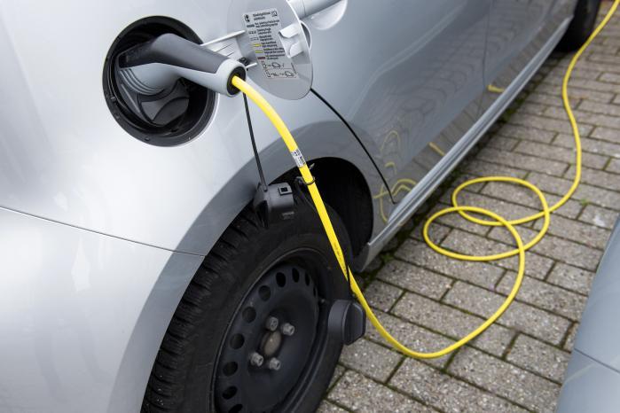 Ambitionen om at sælge 5.000 elbiler frem til udgangen af 2018 er for beskeden, skriver dagens lederskribent.
