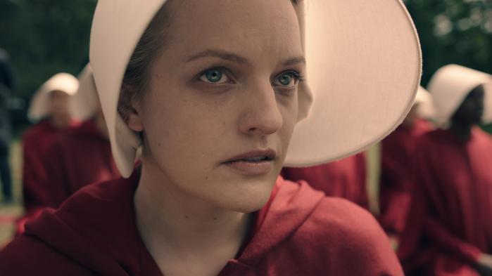 Elisabeth Moss spiller Tjenerinden Offred i tv-serien 'The Handmaid's Tale', der foregår i et fremtidssamfund, hvor kvinder ingen rettigheder har.