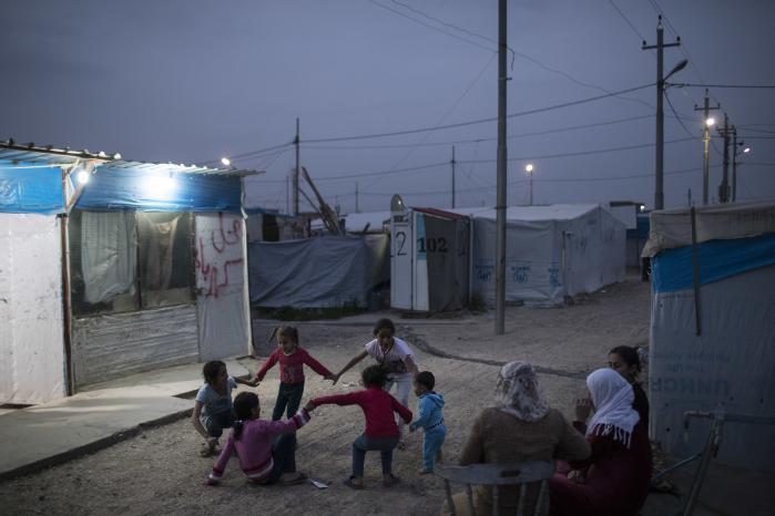 Syriske børn leger i en flygtningelejr i det nordlige Irak. Det vil ikke kræve den store regnemaskine at regne ud, at de samme penge, vi bruger på at modtage og integrere en flygtning, kunne sikre et minimum af beskyttelse og uddannelse til en masse mennesker, der er strandet i en ussel flygtningelejr i et nærområde.