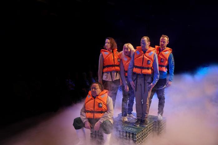 De fem arketypiske danskere afventer deres skæbne i den karikerede, men knivskarpe satiriske forestilling Surstrømning. Foto: Mingo Photo.