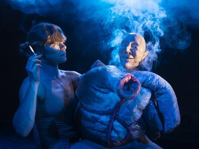 Deforme dukker og et forstørret rygerhjerte skaber hosten på tilskuerrækkerne i Bådteatret under Rolf Heims vilde forvrængningsforestilling 'Kroppen'.