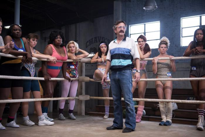B-film-instruktøren Sam Sylvia (Marc Maron) omgivet af nogle af sine pragtfulde kvinder i komediedramaserien 'GLOW'. Foto: Netflix