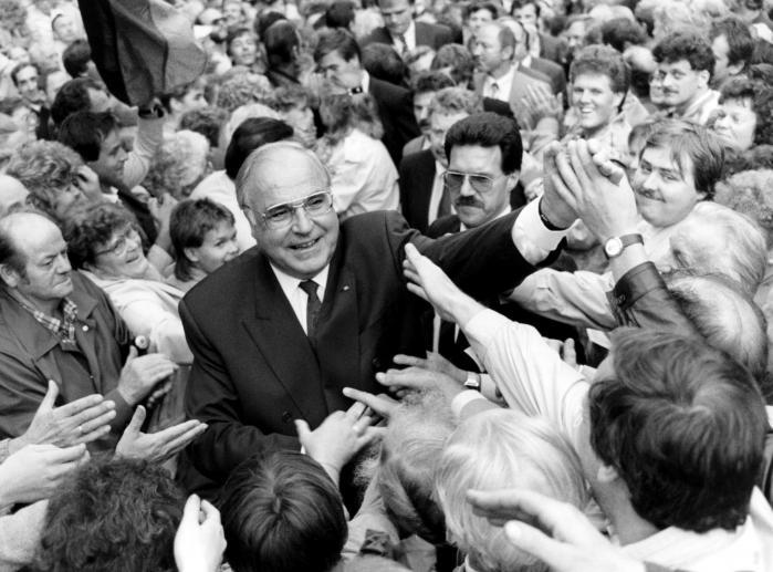 Helmut Kohl satte alt ind på at overbevise såvel øst- og vesttyskere som internationale statsledere om, at en hurtig genforening af de to tysklande var at foretrække. Her ses han ved et vælgermøde ved det første og sidste frie valg i DDR, som det konservative parti vandt. Det betragtede Kohl som en tillidserklæring.