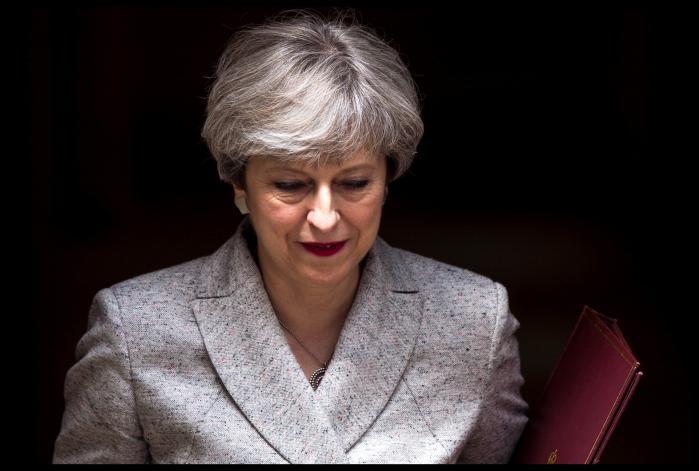 Theresa May er en vinder, Corbyn en født taber. Tory-manifestet får topkarakterer, og Labours forslag affærdiges som kommunisme. May udskriver valg med det ene formål at give sig selv en jordskredssejr - men fejler på pinagtig vis.