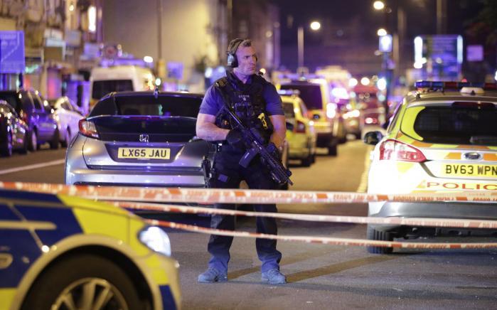 Politiet afspærrede området tæt på Finsbury Park Mosque efter en 48-årig mand påkørte fodgængere nær moské