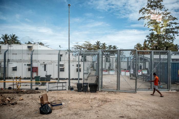 Forrige sommer afslørede The Guardian, hvilke kritisable forhold flygtningene på øen Manus levede under. De blev tilbageholdt i lange perioder, blev syge og fik ikke den nødvendige medicinske behandling. Nu bliver centret lukket.