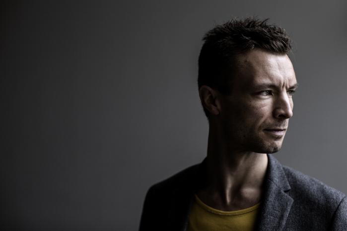 Komponistens valg kommer til at ligne de største valg i livet. Og det er netop den tanke, som danske Niels Rønsholdt har brugt som kompositorisk princip under arbejdet med sangene til sin nye, smukke og innovative udgivelse 'Songs of Doubt'.