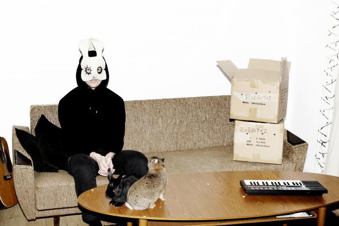 På Sleep Party Peoples nye plade, 'Lingering', er det da også i høj grad drømmenes logik, der fører handlingen frem. De fleste lyde er bløde, filtrerede, ofte med udflydende klang
