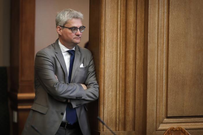 Uddannelsesminister Søren Pind kritiserer sin egen regering for at ligge under for presset fra Dansk Folkeparti og Socialdemokratiet. Det blokerer Danmarks muligheder for at knytte sig tættere til Europa, siger han