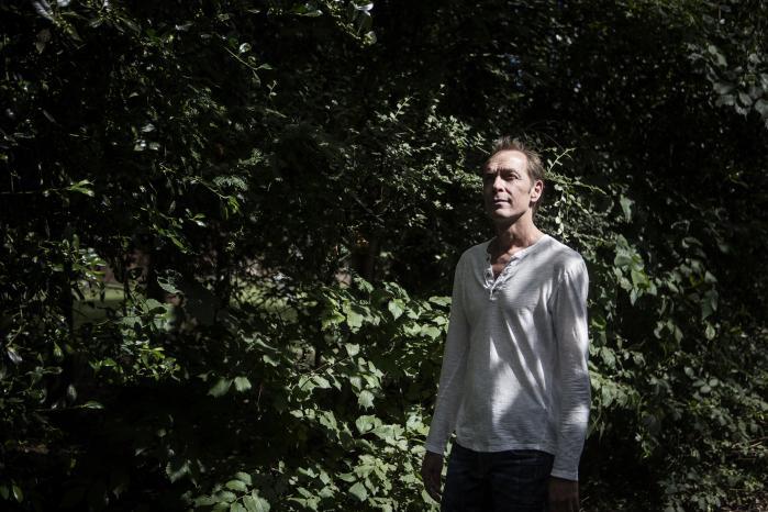 Lars Anker Olesen er 50 år, ufaglært og barnløs – ligesom hver tredje mand uden uddannelse i hans generation.Det viser et omfattende forskningsprojekt, som Stockholm Universitet i samarbejde med flere nordiske forskningsinstitutioner – deriblandt Rockwool Fonden – står bag.