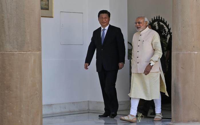Før Modi tiltrådte som Indiens premierminister i 2014, var der høje forventninger til, at han ville bringe forholdet til Kina på ret køl. Det er ikke sket. Her ses han efter sin tiltrædelse sammen med præsident Xi Jinping.