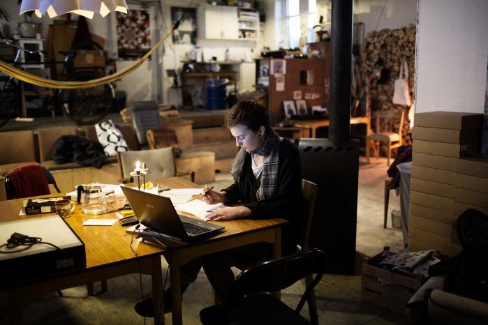 En kvinde arbejder i et kreativt kontorfællesskab på Prags Boulevard i København.