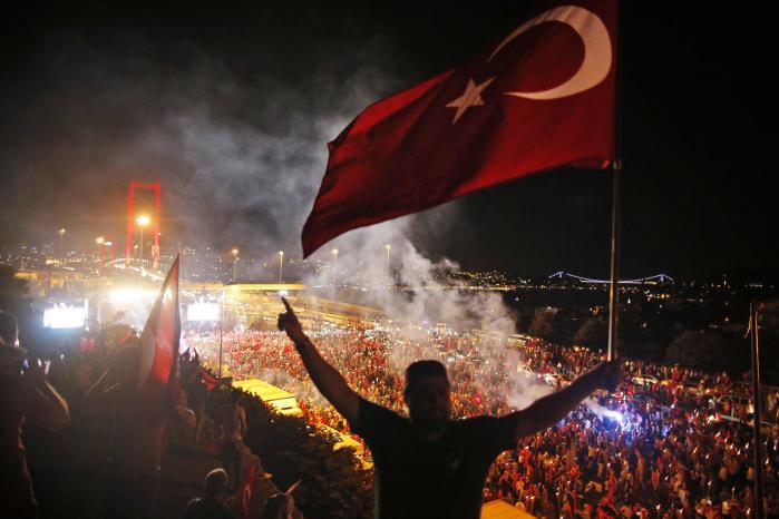 Det er i dag et år siden, at et kupforsøg sendte Tyrkiet ud i et døgns kaos. Efter kupmagerne var nedkæmpet gik tusindvis af tyrkere gik på gaden – her Bosporusbroen – for at fejre det.