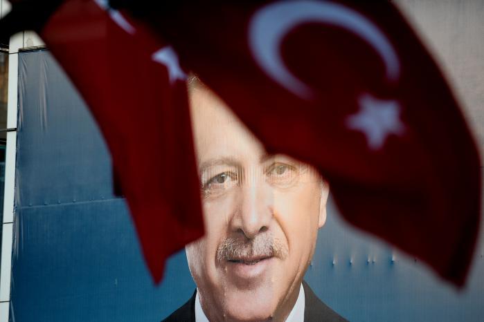 Erdogans retorik er frygtens,for han ved, at han ikke længere er så populær, som da han kom til magten i 00'erne, hvor han også havde medvind fra store dele af de liberale vælgere.