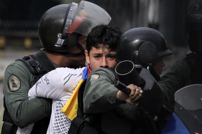 De seneste fire måneders daglige protester mod landets præsident, Nicolás Maduro, har kostet mindst 125 mennesker livet.
